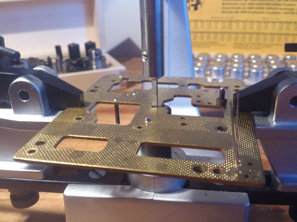 En passende fres settes i, og det freses et hull i verkplaten ved å dreie på håndtaket i toppen