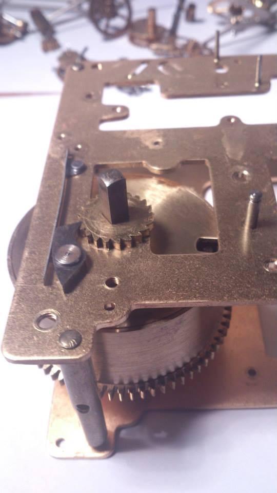 Det settes et sperrhjul på selve aksen, mens en sperrhake som sitter på verkplaten holder sperrhjulet fast.