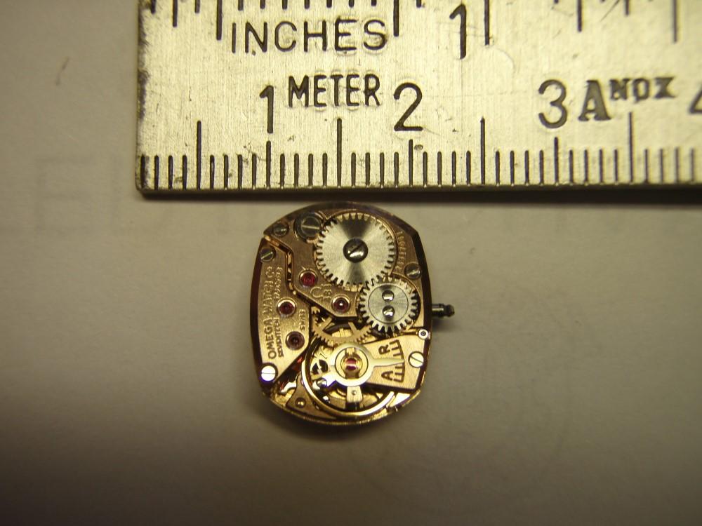 Urverket er kun litt over en centimeter bredt og omtrent en og en halv centimeter langt